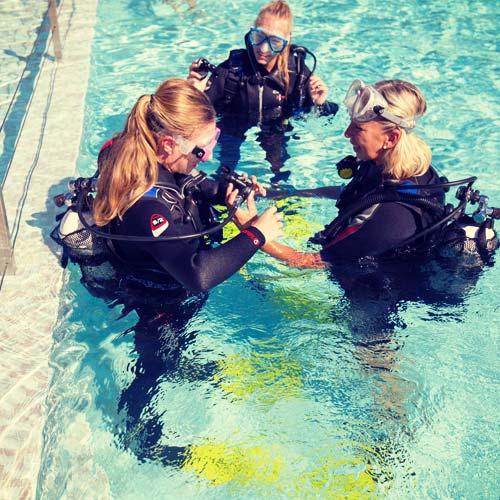 Hyeres-Divin-Bapteme-plongee-en-piscine-2