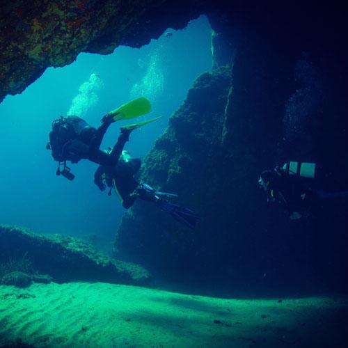 Plongeur-grotte-presqu-ile-giens